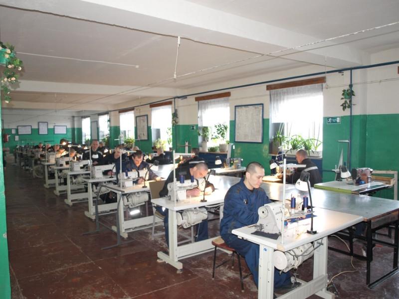 Швейное производство в мужской колонии.jpg